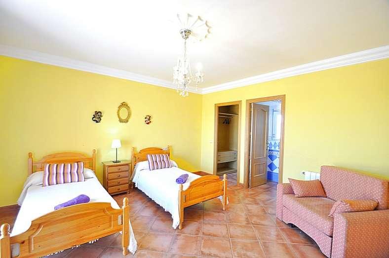 Villaonline villa 4 dormitorios en sa torre ideal para for Habitaciones para familias